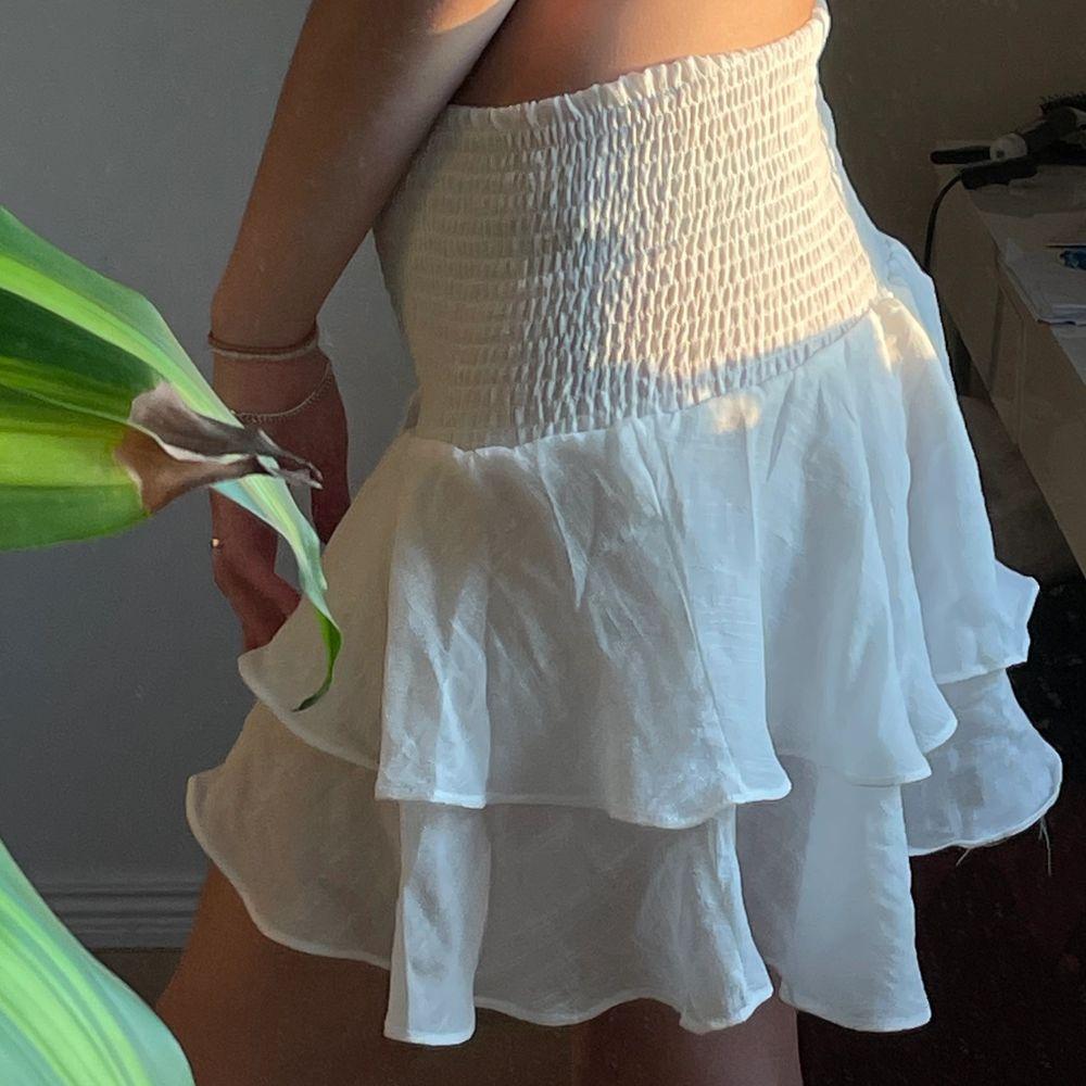 Säljer denna otroliga volangkjolen i nyskick! Aldrig använd. Säljer pga inte min stil 😫 Superskönt och ej genomskinlig. PERFEKT till sommaren🌼. Kjolar.
