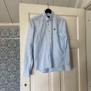 Henri lloyd skjorta runt 1000 orginalpris. Använd några gånger och är i bra skik. Det är slimfit passform.