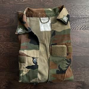 Jacka med militär mönster. Storlek XL så sitter oversized. Fint skick. 250kr inklusive frakt 💚