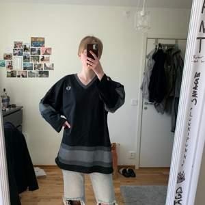 Asball tröja från STUSSY som jag använt som klänning på somrarna. Ganska lång då jag är 170. Frakt går att diskuteras.