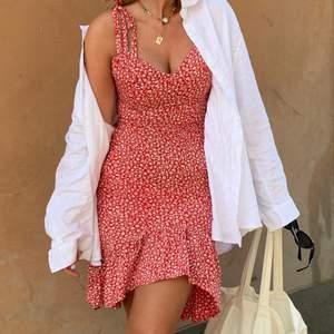 Superfin och somrig klänning ifrån Nelly, lite längre baktill och kortare framtill. Knytning vid axlarna, och dragkedja baktill. Använd en gång. ❤️ 250kr, är många intresserade blir det budgivning.