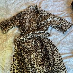 Morgonrock i leopardmönster och med lite kortare ärmar! Helt ny