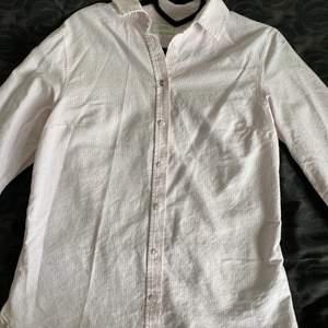 Rosa randig skjorta i bra skick från Boomerang. Ostruken på bilden. Nypris 1199 kr.
