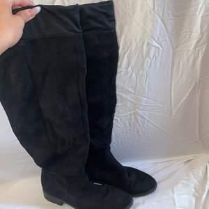 Svarta mockaimitations overknee-boots från Nilson Shoes med en 3cm klack - i väldigt bra skick. Högst upp på skon finns en liten materialdetalj (se sista bilden). Tyvärr ger bilderna inte en rättvis bild av hur skorna ser ut eftersom de är svåra att fota - (skriv privat om du vill ha bilder på hur skorna sitter på).  Storlek: 36 (true to size). Nypris: 899kr. Mitt pris: 200kr + 110kr frakt. Budgivning i kommentarerna eller köp direkt genom privat chatt.   Skriv privat vid ev