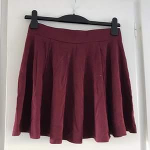 En vinröd skater-kjol med hög midja från H&M ❤️ Kort och flowy med tight midja! Säljes billigt pga den har en liiiiten färgfläck på sidan (se bild) men är i fint skick, hel och fin annars 💕🌙 Snygg till vans och en tjocktröja 😍 Passa på för lågt pris!!