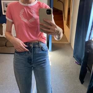 Rosa t-shorts från Fred Perry i storlek 42, men känns som en mycket mindre storlek, passar mig som är en XS/S!🌸 endast använd några gånger!
