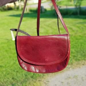 Söt och stilren retro crossbody i vinrött läder. 🦋🌻 I fint retro skick. Först till kvarn! 💫+frakt 66kr