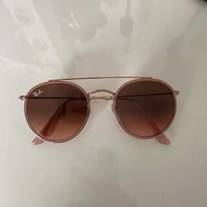 Säljer dessa helt nya äkta Ray-Ban solglasögonen 🤍 200:- eller högsta bud! Ca 1600:- nypris!