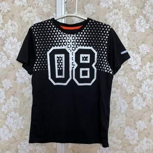 En svart tränings t-shirt med vit text från H&M