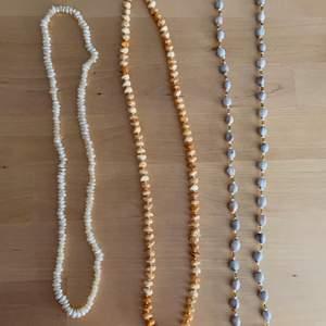 3 stycken lite halvlånga halsband i pärlor och stenar ✨⭐️ Ett med vita stenar (påminner om såna snäckhalsband!), ett med bruna stenar o guldfärgade pärlor (lite retro vibe) och ett med blågrå stenar och olika pärlor 🌺💓 Alla är i jättefint skick! 10kr styck eller alla för 20kr 💗🐚