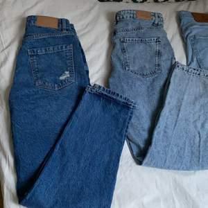 3 par blåa jeans , 1 par svarta jeans . Storlekerna är 36,34 och S så ungefär 34-36. Passar folk som är runt 160 i längden. Man får alla par jeans i ett paket. Jeansen har blivit för korta och små för mig därför säljer jag dem. Kan skicka bilder privat hur dem sitter på!