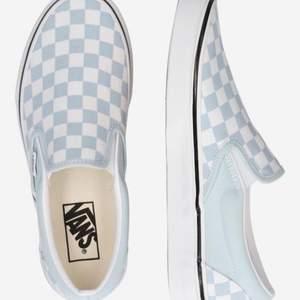 As fräscha vans skor i storlek 38,5! Använda en gång, super fint skick! Nyprks 750kr Mitt pris 500kr + 66kr frakt! (Kartongen kan skickas med om så önskas)