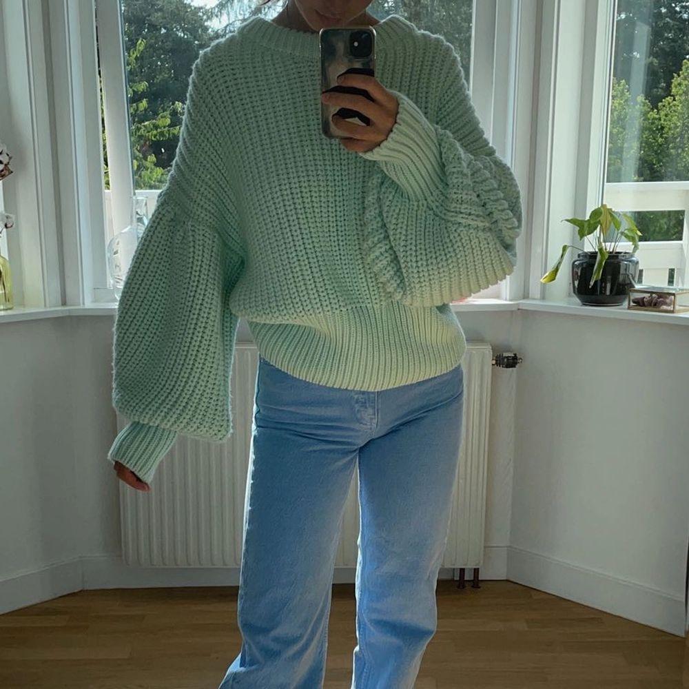 Säljer denna stora, tjocka, stickade tröja från zara med ballongärmar då den inte kommer till användning. ALDRIG använd! Nypris: 359kr ❤️ KÖP DIREKT FÖR 400 INK FRAKT!. Stickat.