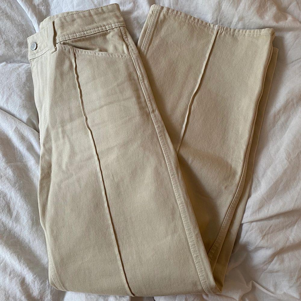 Säljer dessa supersnygga jeans från weekday! Endast använta 1 gång! Stl 38. Säljer för 150kr exklusive frakt. Vid flera intresserade buda i kommentarerna. Budgivning avslutas nu på onsdag kl.20.30🌟. Jeans & Byxor.