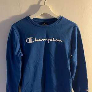 En blå champion tröja köpt på Zalando💙storlek xl i barn storlek💙nypris 250 tror jag💙