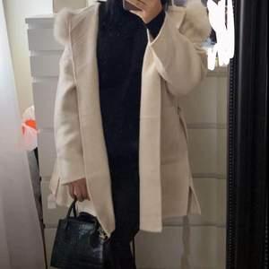 """Hej! Tänkte kolla om någon är intresserad av att köpa denna kappa """"Lara coat cream white"""". Fick hem den för några dagar sedan men funderar på att skicka tillbaka den om inte någon vill köpa den här! Den är helt ny, jätte fin verkligen men inte min färg 🥺 Nypriset är 2200kr och mitt pris är 2100kr, kan tänka mig gå ner vid väldigt snabb affär och ska hämtas/fraktas samma dag isåfall! Frakten är 66kr och spårbar. PM vid fler frågor❣️"""