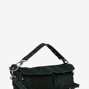 En super fin mörkgrön väska. Helt ny aldrig använd. Kommer med både långt och kort band. Säljer eftersom den inte passar min stil men är super finrum Stockholms stilen. Nypris 769kr💕💕
