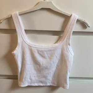 jättefint och basic linne.❤️🔥 säljer då det tyvärr är för litet för mig, har aldrig använt de!