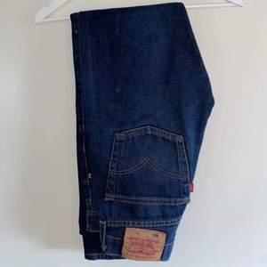 Jättefina mörkblå jeans från levis, köpta här på plick men var tyvärr för små så säljer därför vidare😩. Färgen är som första bilden! Sitter midrise och passar perfekt till hösten🤎
