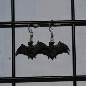 Handgjorda örhängen med fladdermöss. Perfekt till halloween! De görs vid beställning och är därmed helt oanvända. Krokarna är gjord av äkta silver. Kolla gärna in min profil för fler handgjorda örhängen (bland annat de med spöken från andra bilden) :))