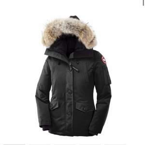 Säljer min fina canada goose jacka i modellen montebello i storlek 34 köpt för ungefär 10 tusen förra vintern. Bara använd 1 vinter och är jätte fin och relativt använd, pälsen ser ut som ny. Pris kan diskuteras och skriv till mig för fler bilder på hur den sitter på osv
