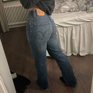 Levis jeans i bra skick! Storlek W31 L32, passar på mig som brukar ha 36/38 i jeans. Säljer endast vid bra bud och tar bara swish!