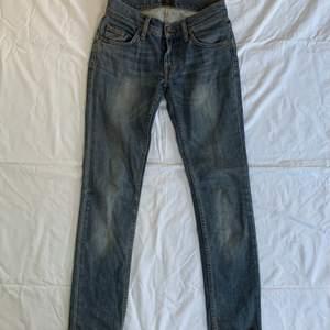 Ett par av mina favorit jeans som tyvärr är försmå! De sitter jättelikast och perfekt baggy på mig som är 160💗 Midjemåttet: 72 cm