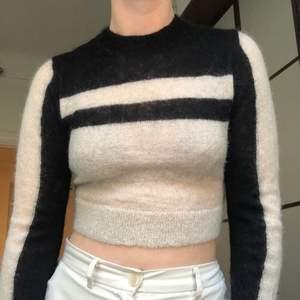 Säljer min snygga långärmade tröja från & Other Stories i strl S 🖤 kolla in mina andra auktioner också!