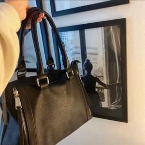 säljer denna Don Donna väskan. Inte använd alls mycket. Detaljer finns se på bilden😇  Köpt för ett tag sedan. Finns många olika fack. Den är mittemellan stor om man kan uttrycka det så.😋