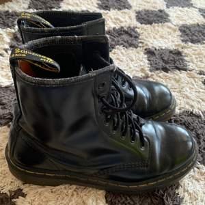 Dr Martens i svart läder, lite slitningar vid fotmyningen. Utöver de knappt några defekter. En av skorna har en på satt läderlapp för att ge skon extra support (gjort hos en skomakare) skorna är köpa vintage i rome för 1500kr. Köparen står för frakt 🚚 vid frågor eller fler bilder bara skriv 😊