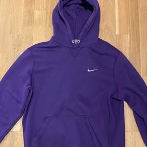 Vintage Nike Hoodie. Modellen är 185 cm lång. Mer finns på sidan, skriv vid ytterligare frågor eller funderingar, Lägg bud!bud just nu: 250♻️🔌