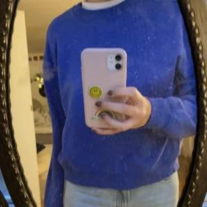 blå sweatshirt från nakd! storlek L men väldigt liten i storleken så skulle mer säga S / M !😻😻 50kr och frakt på 66kr tillkommer🥰