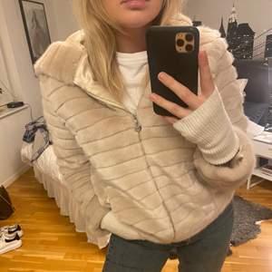 Säljer denna extremt gosiga jacka! Såå himla fin och snygg till både uppklätt och nedklätt😍 Jackan passar S-M! Priset kan såklart diskuteras.