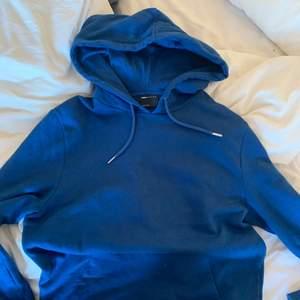 Säljer denna super snygga blå hoodie. Gillar den super mycket, men får ingen användning för den. Hör av er!!!