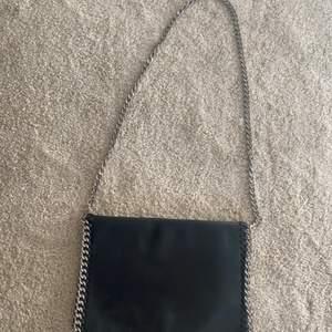 Superfin svart väska med kedjeband!! Från nelly.