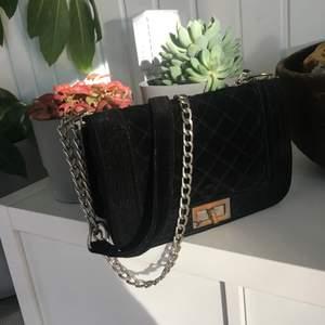 Säljer denna jätte fina handväska från Ur&Penn köptes för cirka 300kr för några år sedan! Har använts mycket och slitningar syns på framsidan vid metallen ( kolla bild 3) annars super fin och rymlig! Säljer den för 70 + 66kr spårbarfrakt 🥰