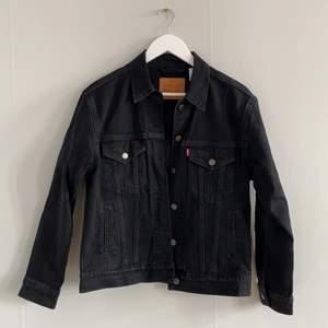 Svart jeansjacka från Levi's. Modell: Ex Boyfriend Trucker. Storlek S. Använt fåtal gånger, i absolut ny skick. Nypris 1095:-