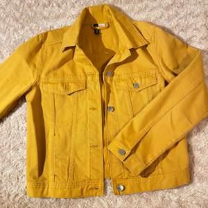 Jättefin gul denim jacka i utmärkt skick! Storlek XS💛