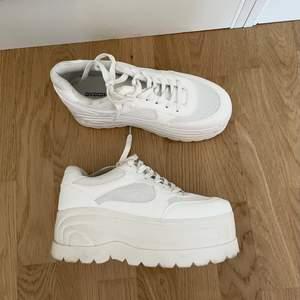 Höga, vita sneakers med platå, från H&M. Storlek 37. Gott skick (använda 2-3 gånger). Nypris ca 299.-