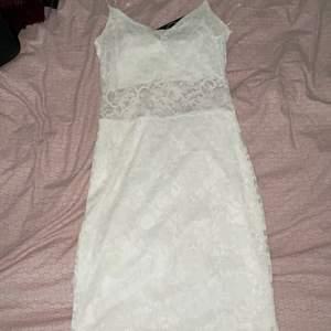 Det här är en vit klänning i bra skick, har aldrig använt. Jag säljer den pågrund av att den är för liten. Den är ganska liten i storleken.