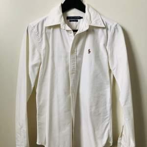 Vit klassisk skjorta från Ralph Lauren. Super slim fit.