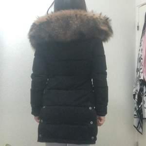Hej nu säljer jag denna fina varma jackan för 3000 kr, den är från hollies och orginal priset när jag köpte var 5500, den är bara använd i en vintersäsong och storleken är 32 men den passar även 34,35. Den finns att hämta i Skåne men kan även fraktas.
