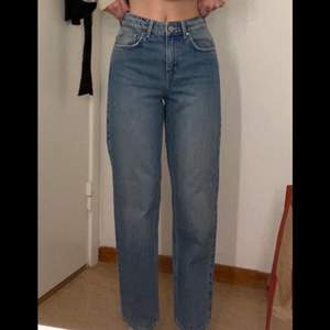 Raka jeans ifrån h&m. Storlek 34.