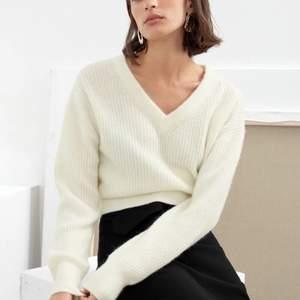 En sugersnygg stickad tröja från and other stories. Säljes då den är för liten. Använd ett fåtal gånger och i fint skick. Nypris 890kr säljer för 300kr och den är som ny!?!❤️😍 Hör av er om ni är intresserade