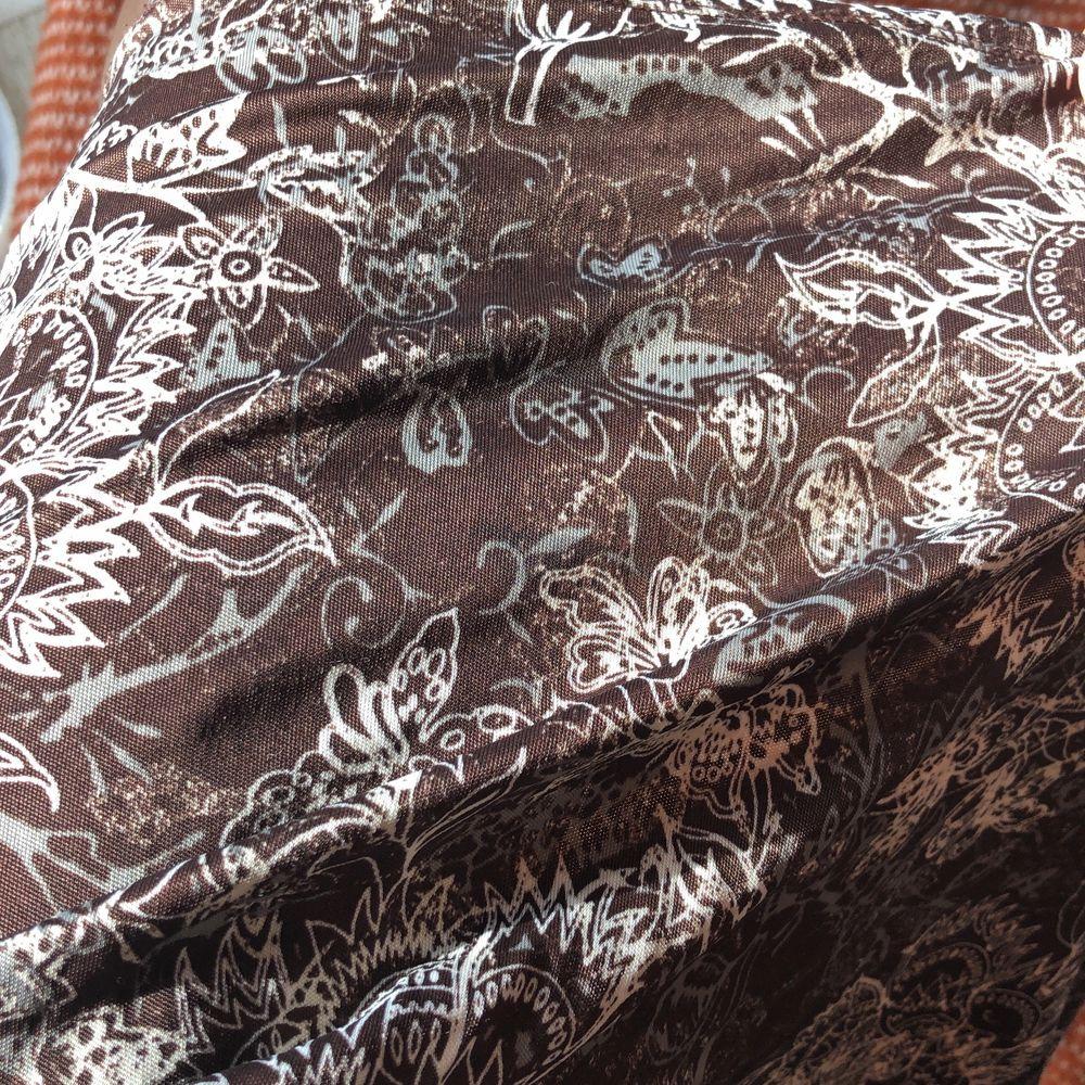 Så fin brun kjol med jättefina detaljer. Kjolar.
