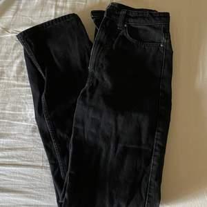 Säljer ett par raka jeans ifrån Weekday! Använda en del men absolut inget som märks!