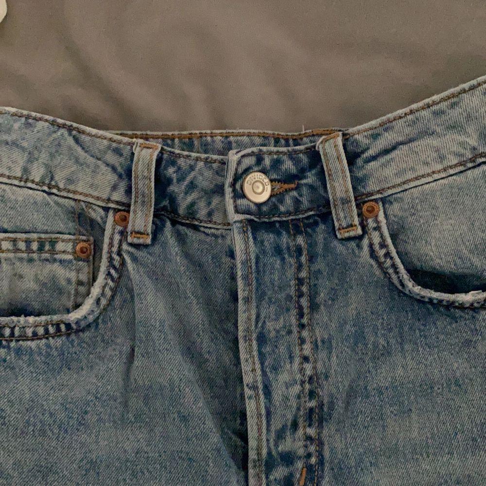Blåa momjeans med hål! Passar mej som är XS Är ifrån hm i fint skick!. Jeans & Byxor.