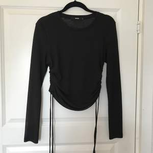 En fin tröja från Bikbok med en super snygg detalj på sidorna som går att skjustera:) Köpare står för frakten💗 (kan även mötas upp)