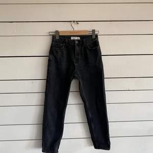 Mörkgråa mom jeans i petite modell. Dem är från Topshop och är endast använda ett fåtal gånger då dem hann bli försmå för mig. Men dem är jätte fina och är som nya. Hör av er vid intresse och kan skicka mer bilder om det skulle behövas.