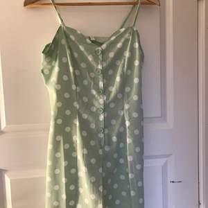 Jättesöt mintgrön prickig playsuit med rosett där bak, aldrig använd